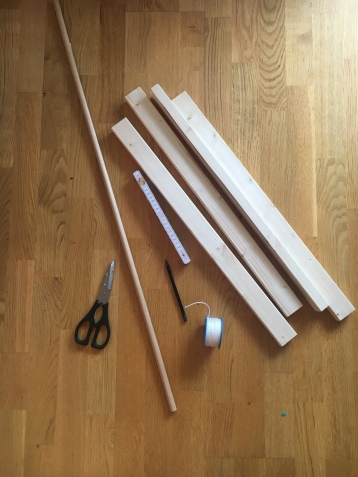 natürlicher Spielebogen aus Holz im skandinavischen Stil